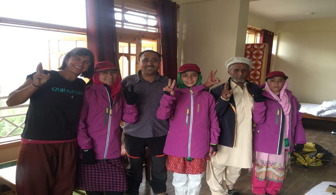 Tres chicas pakistaníes del Proyecto Hushé se convertirán en las primeras porteadoras