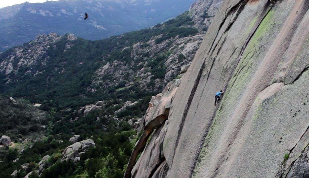 """""""Persiguiendo el equilibrio"""" o sobre la escalada improbable en La Pedriza"""