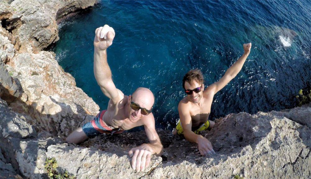 Los hermanos Pou se despiden del verano en los acantilados de Mallorca