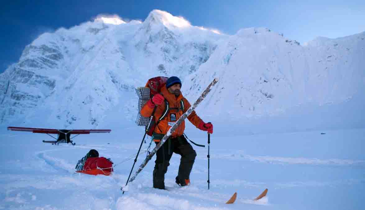 Lonnie Dupre hacia el Mount Hunter invernal