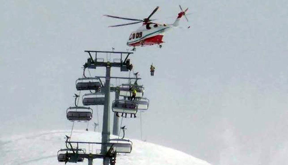 Un helicóptero rescata a 27 esquiadores en Breuil-Cervinia
