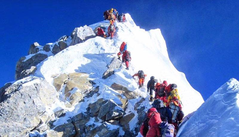 Récord de cimas, atascos y un fallecido en el Everest
