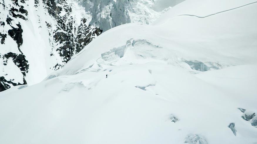 Primer descenso con esquís desde la cima del K2